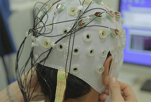 اسکلت خارجی پوشیدنی توسط امواج مغزی که توسط الکترودهای EEG دریافت  میشوند ، کنترل میشود.